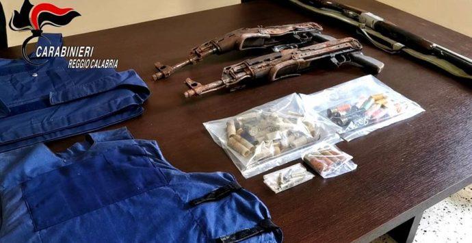 Taurianova, granate da guerra, kalashnikov e munizioni: arrestati nonno e nipote