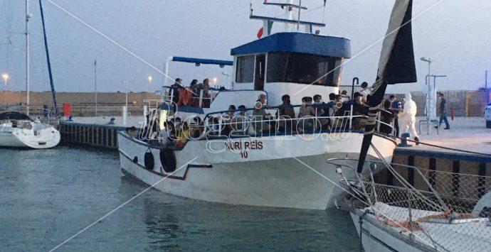 Nuovo sbarco di migranti a Roccella Jonica: arrivano in 165 su un barcone