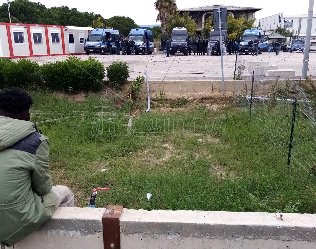 Tensioni alla tendopoli dei migranti, sassaiola contro forze dell'ordine: il disappunto del sindacato Es Polizia