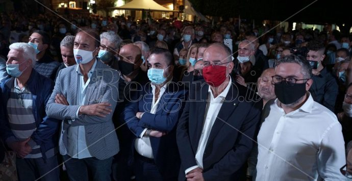 Elezioni Reggio, bagno di folla per Minicuci in Piazza Duomo: «Faremo rinascere la città»