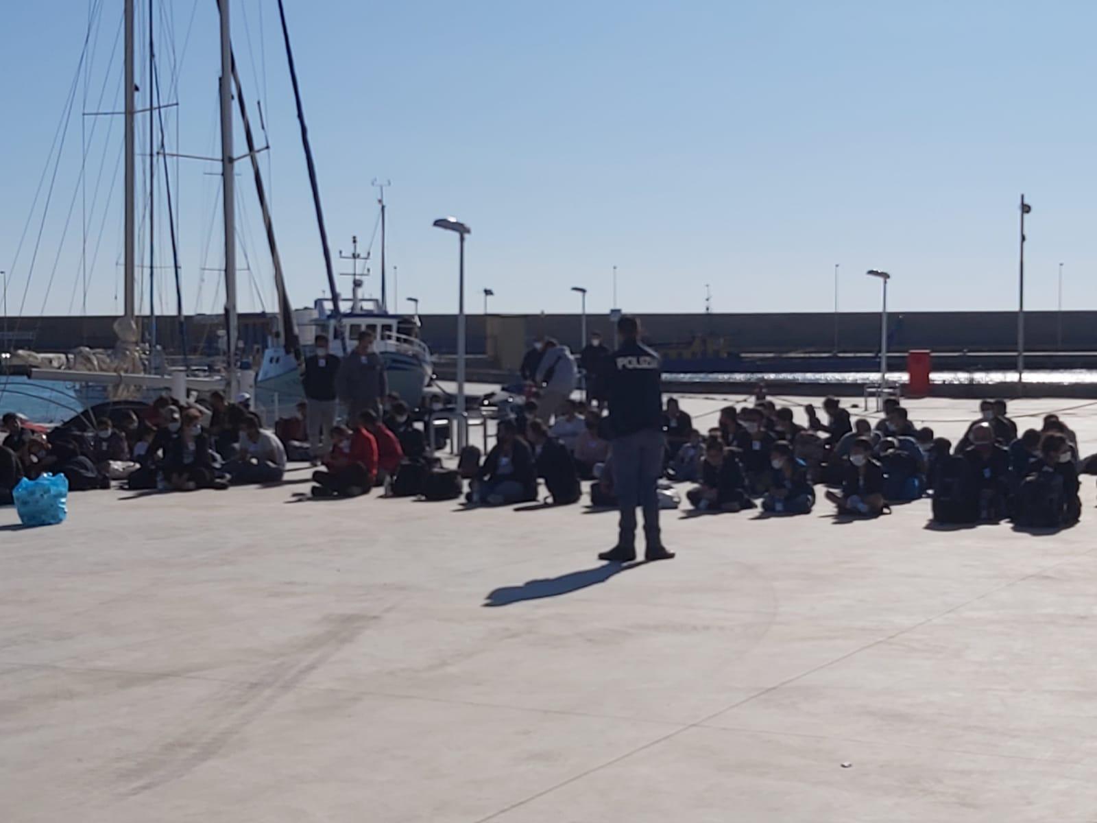 Nuovo sbarco a Roccella Jonica, arrivati 98 migranti. Tanti bambini