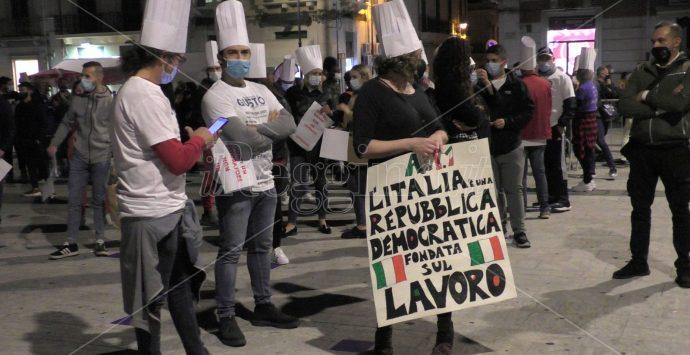 «Fermiamo il virus, non l'economia». Commercianti e artigiani in piazza a Reggio