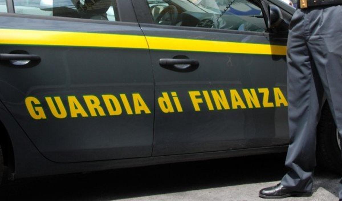 Mascherine illegali alla Regione Sardegna, in manette imprenditore calabrese