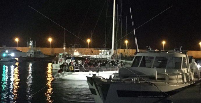 Roccella Jonica, giunto al porto barcone con 75 migranti