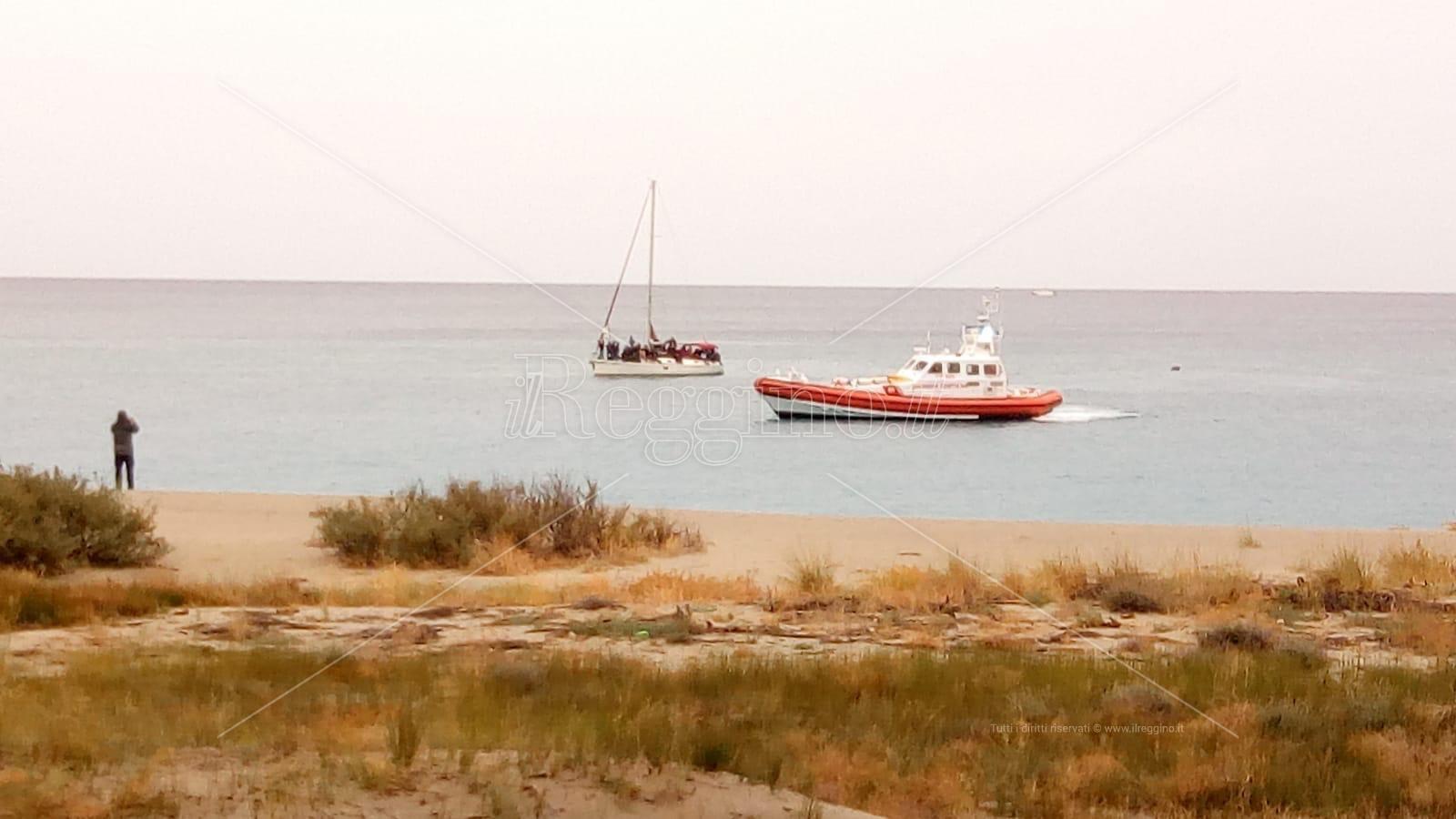 Dramma durante lo sbarco: migrante disperso in mare fra Riace e Monasterace