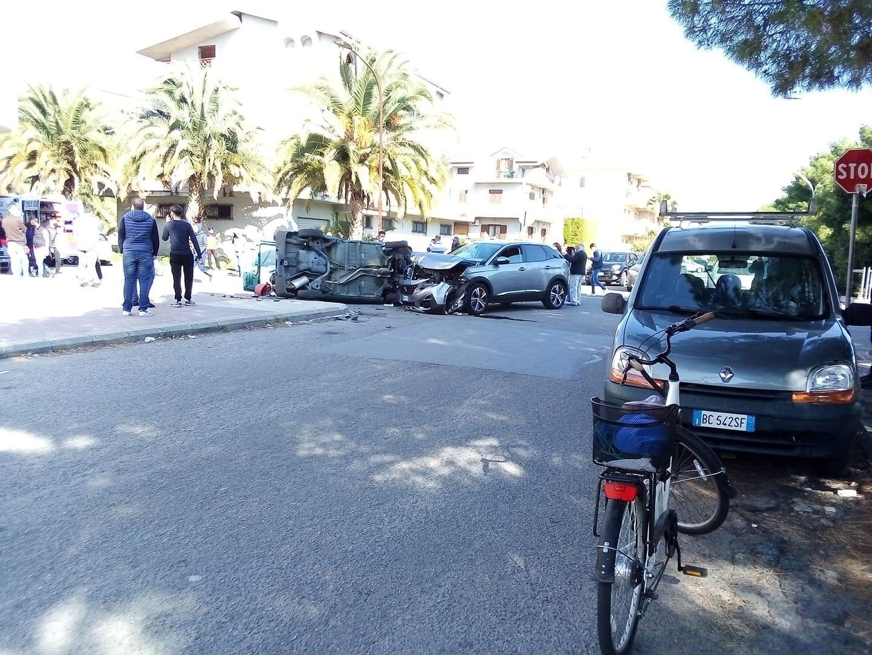 Marina di Gioiosa, incidente in pieno centro. Due feriti