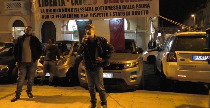 A Reggio si muore di Covid, ma c'è chi va in piazza senza mascherine. Ieri i negazionisti in protesta