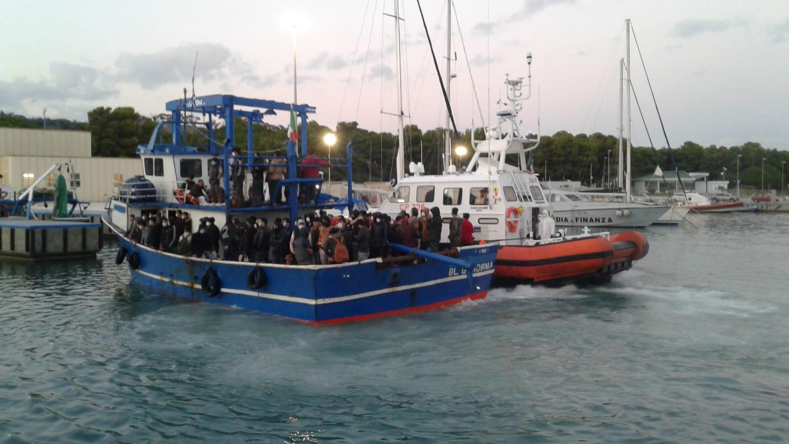Sbarco a Roccella Jonica, i migranti positivi trasferiti nelle navi per l'isolamento