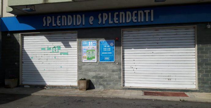 Caulonia, colpi di pistola contro le saracinesche di un negozio