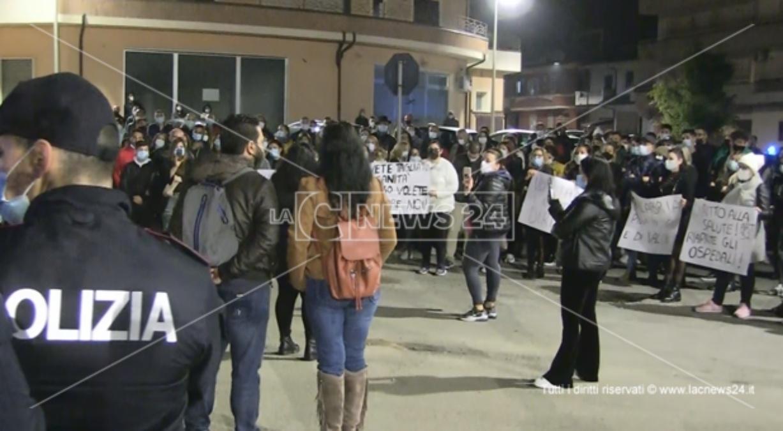 Gioia Tauro, la protesta: «No a reparto Covid. Sì a potenziamento dei servizi»