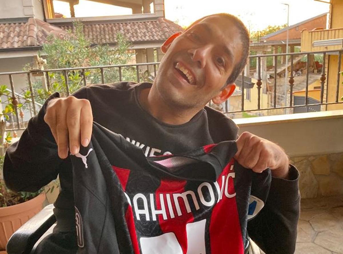 Sport, un giovane di Rosarno in foto con la maglia di Ibrahimovic