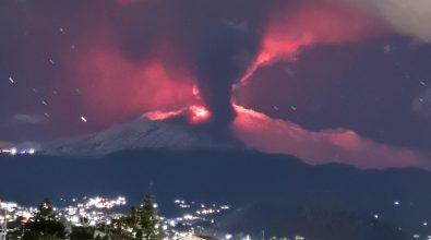 Etna in eruzione nella notte. Colate di lava e forti boati