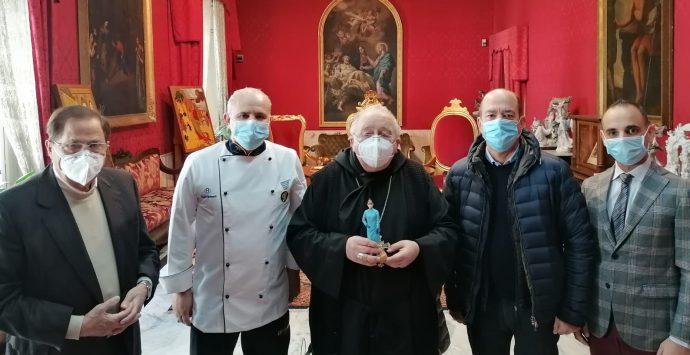 Da Confartigianato una statuetta per il presepe al vescovo Morosini