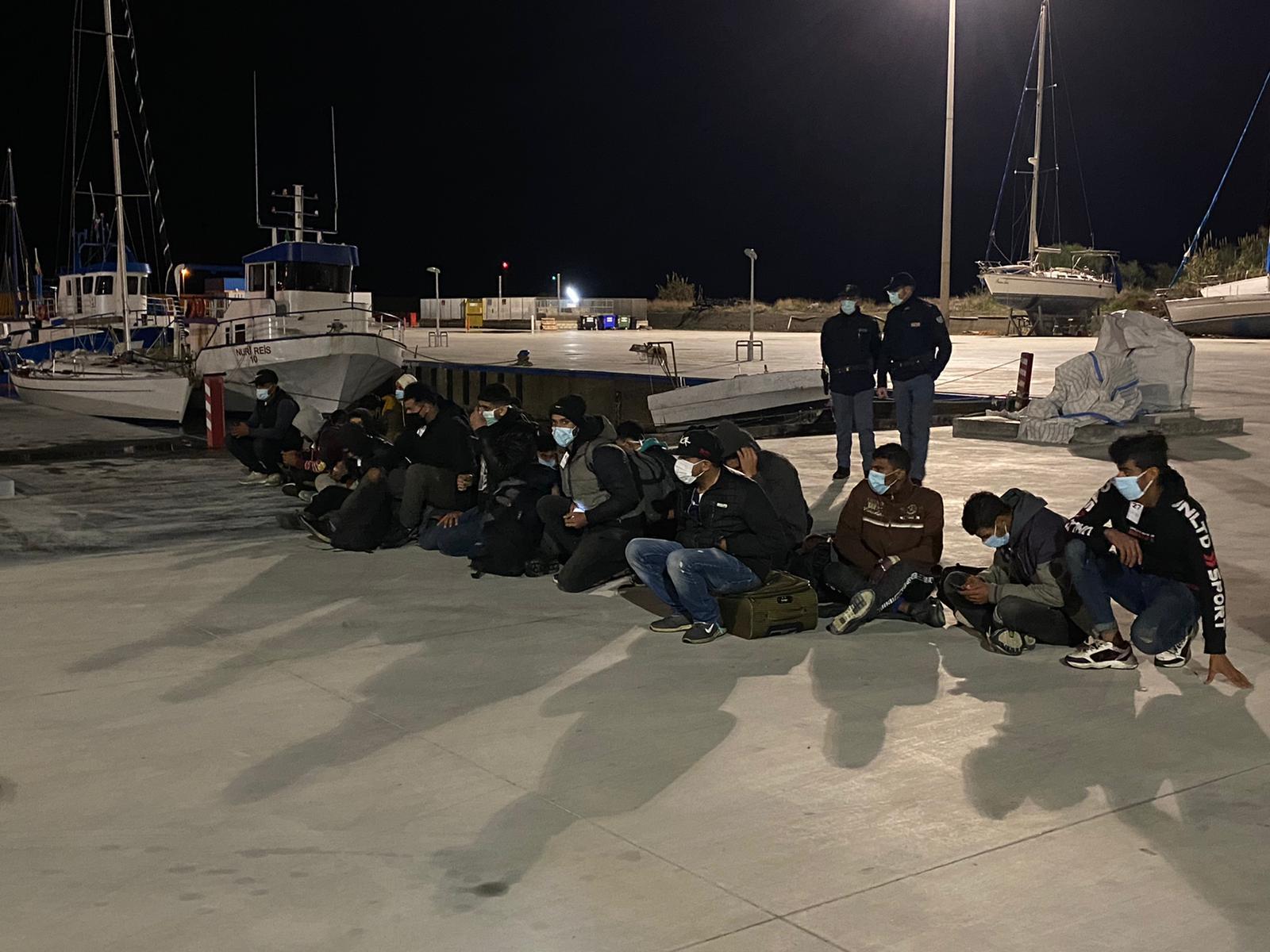 Migranti, nuovo sbarco nella notte a Roccella. Soccorse 114 persone