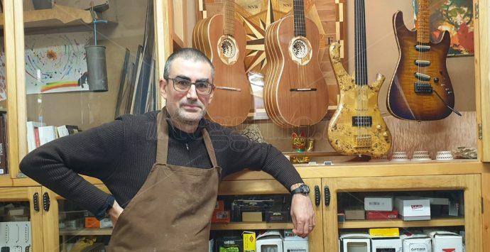 Sergio Pugliesi, il maestro liutaio che trasforma l'anima del legno in strumenti musicali