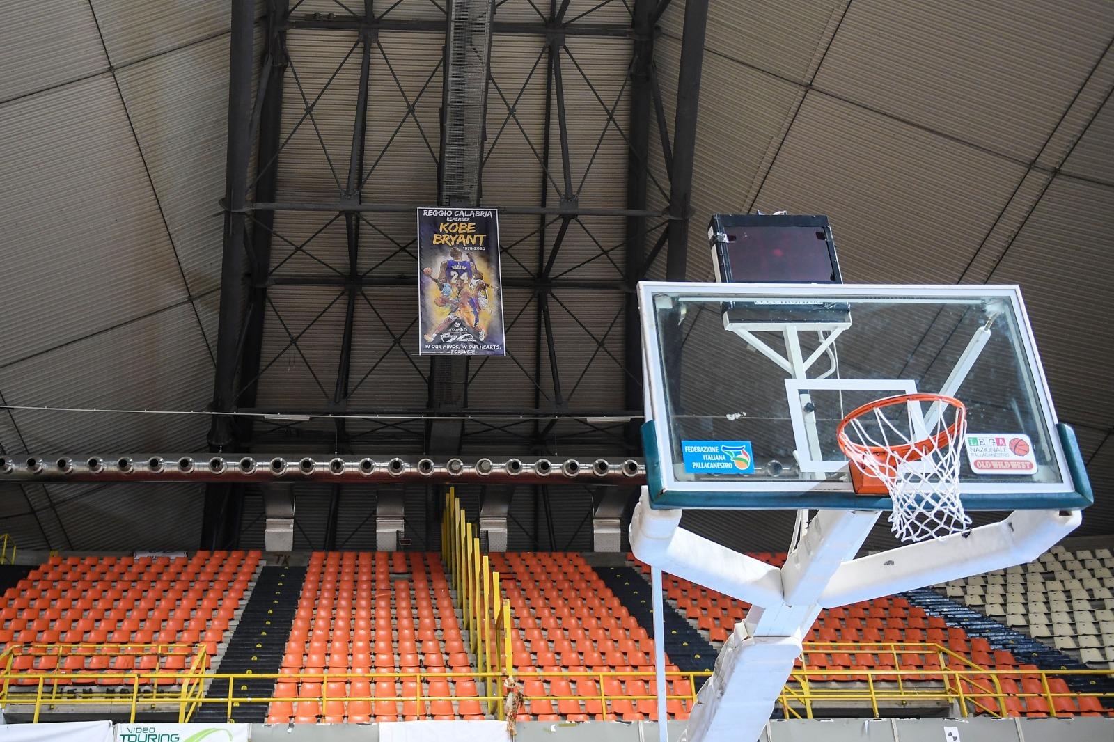 Ricordo di Kobe Bryant, uno stendardo commemorativo all'interno del PalaCalafiore