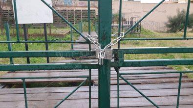 Lucchetti al cancello dell'area del Parco archeologico Griso Laboccetta