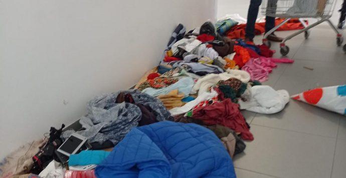 Polizia locale: maxi sequestro di cibo e capi d'abbigliamento al mercato di Piazza del Popolo