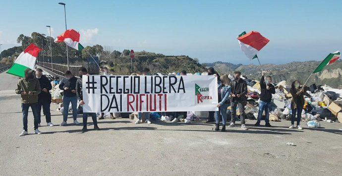 """Emergenza rifiuti, flash mob del comitato """"Reggio respira"""""""
