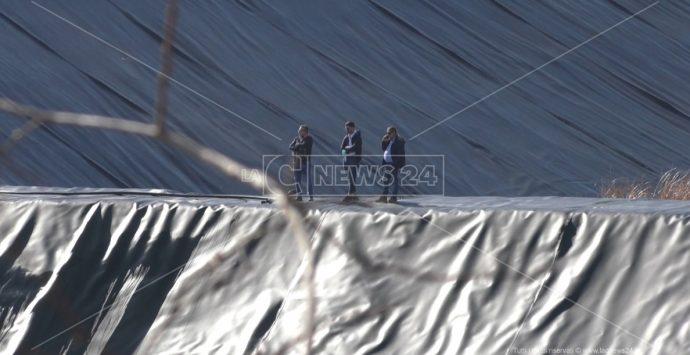 Discarica di Melicuccà, mezzi di cantiere fermi, cancelli serrati e di operai neanche l'ombra