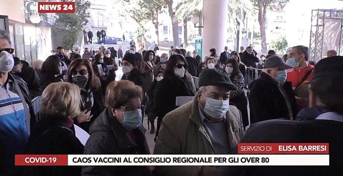 Caos vaccini a Reggio Calabria, la rabbia dei cittadini per attese estenuanti e disorganizzazione totale