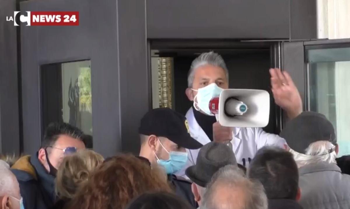 Quel medico col megafono simbolo del fallimento di una Calabria ormai senza futuro