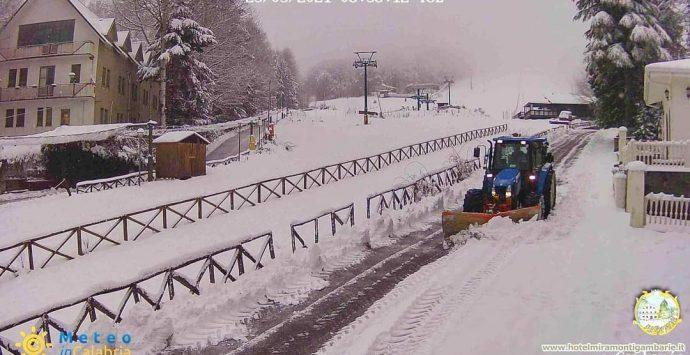 Gambarie, risveglio sotto la neve. Oggi allerta gialla