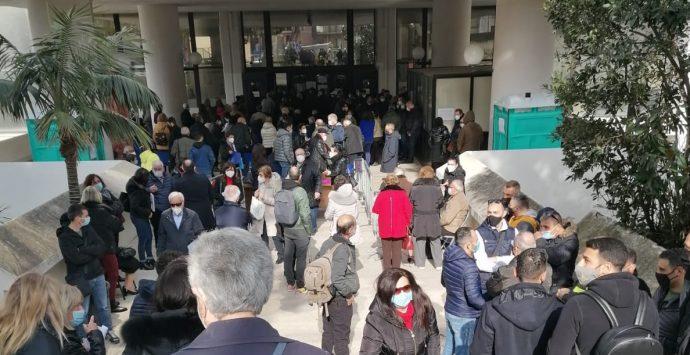Vaccino anti-Covid, ancora assembramenti a Palazzo Campanella