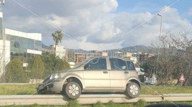 Incidente allo svincolo di Saracinello, auto finisce a cavallo del guardrail