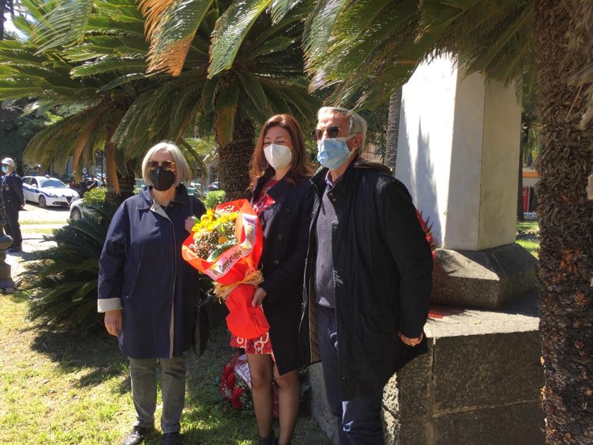 """""""25 aprile"""", l'omaggio di Corrireggio alla stele del partigiano alla Villa comunale"""
