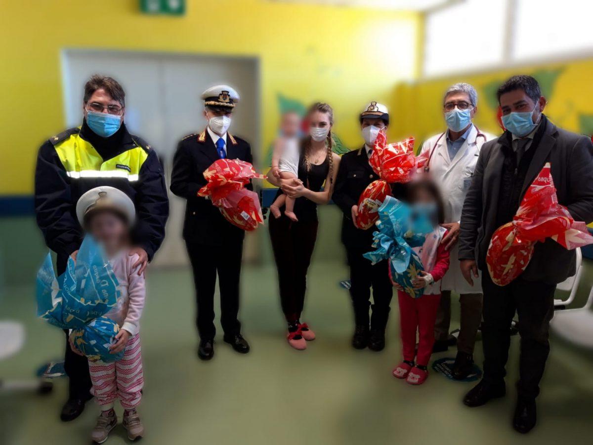 Gom, le uova di Pasqua della polizia municipale per i bimbi di Pediatria