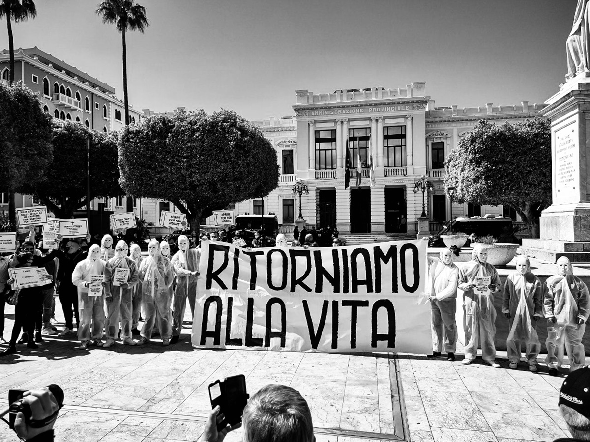 """Restrizioni da Covid, i """"Fantasmi del passato"""" scendono in piazza insieme agli Imprenditori liberi uniti"""