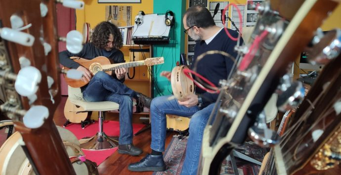 """""""La Calabria che suona"""": a tu per tu con Loccisano e la chitarra battente"""