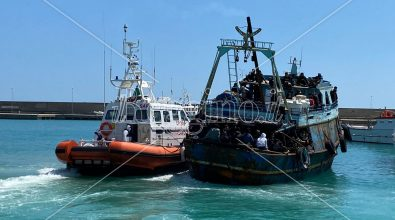 Roccella Jonica, 120 migranti arrivano a bordo di un peschereccio