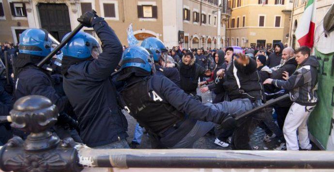 Proteste dei commercianti a Montecitorio, in corso scontri con le forze dell'ordine