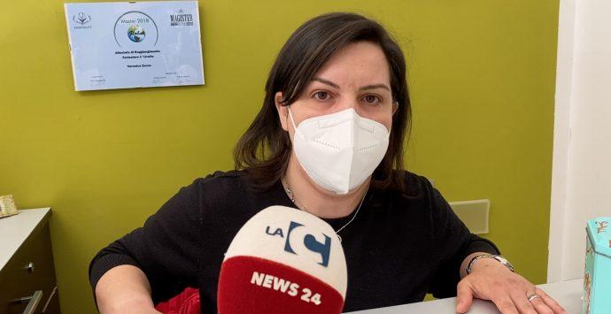 Marina di Gioiosa, parrucchiera in protesta contro le chiusure. «Mi sento presa in giro»