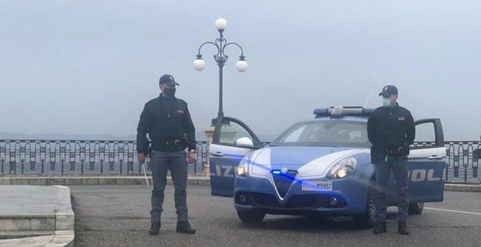 Tragedia sfiorata a Reggio Calabria, uomo si lancia al centro della carreggiata: salvato dai poliziotti