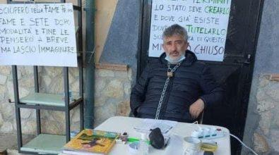 Scilla, ristoratore disperato si incatena davanti al suo locale e inizia lo sciopero della fame