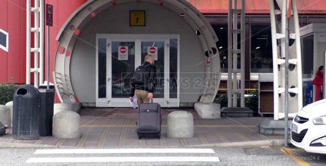Lamezia, medico reggino positivo al Covid tenta di imbarcarsi su un volo per Milano: denunciato