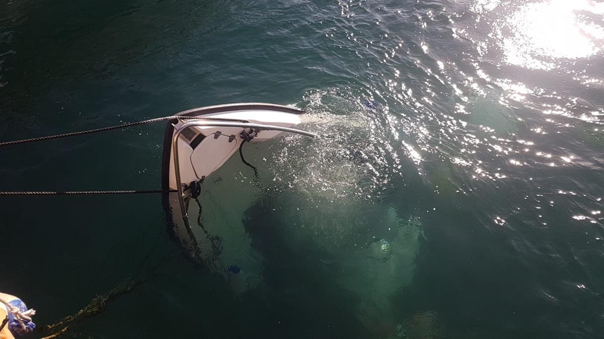 Reggio, imbarcazione affondata nella darsena turistica del porto. Recuperata dai Vigili del fuoco