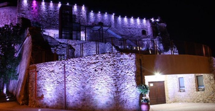 Castello Aragonese, illuminazione multicolore per la giornata dell'Alzheimer