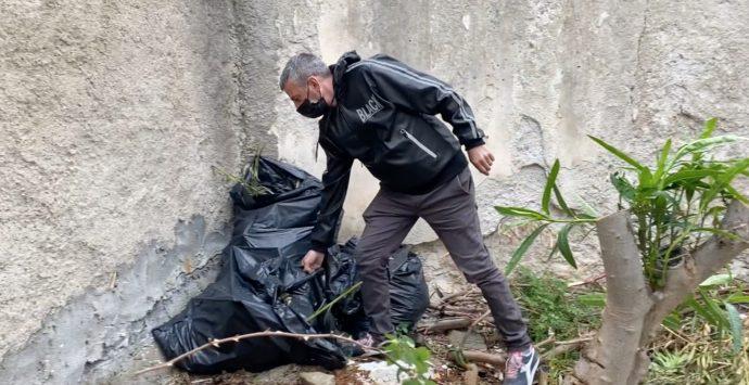 Gioiosa, un disoccupato ripulisce il centro storico. «Lo faccio per i miei figli»