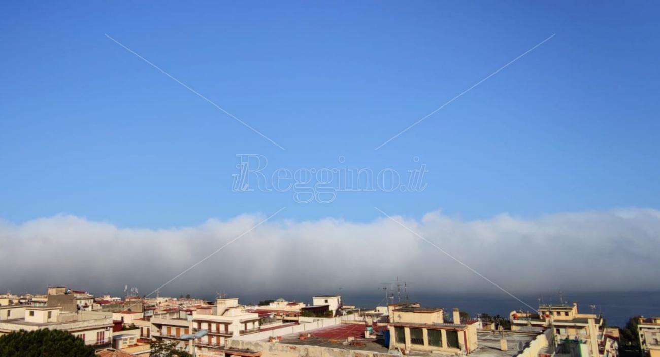 """Il fenomeno della """"Lupa"""" dello Stretto, la nebbia che divide Calabria e Sicilia"""