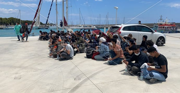 Roccella, ancora uno sbarco di migranti. In 300 soccorsi al porto
