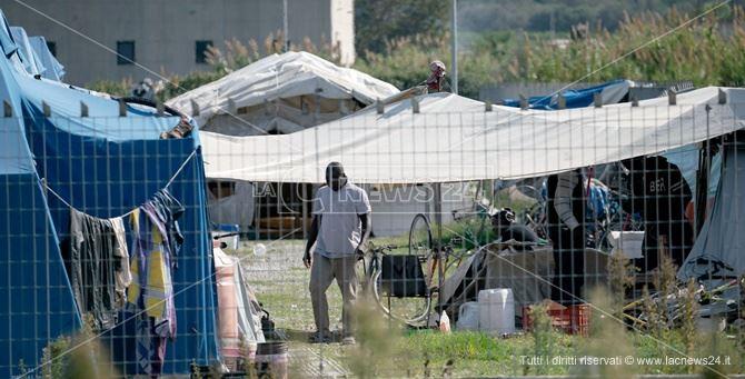 Covid: braccianti abbandonati nei campi senza cure e assistenza