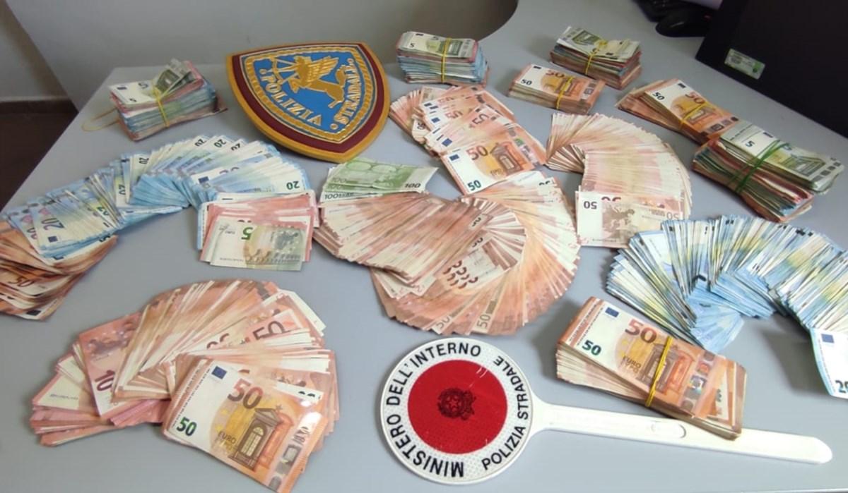 Nascondeva 135mila euro sotto il cruscotto: fermato un reggino