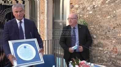 Agostinelli premiato dall'associazione Kairos: «Ha assicurato sviluppo, lavoro e legalità»