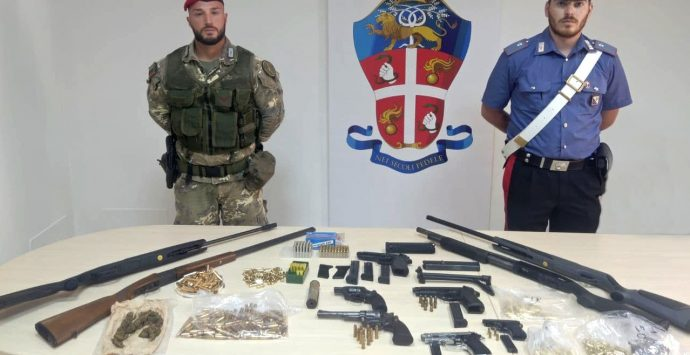 Gioia Tauro, carabinieri scovano un arsenale con armi micidiali: due arresti