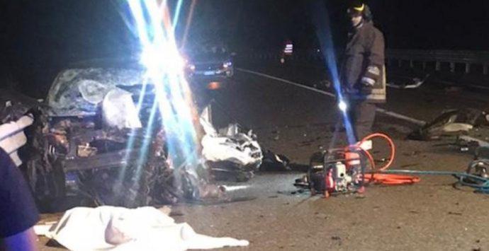 Incidente mortale sulla 106: perdono la vita due ragazzi