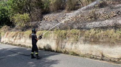 Palmi, incendio a Rocca Campana. Chiusa la strada verso la Tonnara